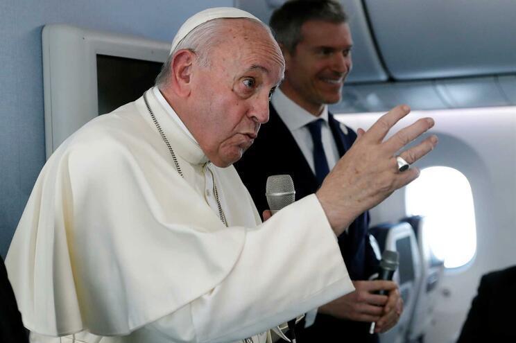 Papa admite corrupção na gestão económica do Vaticano
