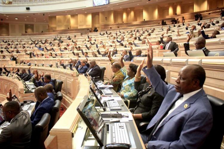 Parlamento aprova  nova família do kwanza