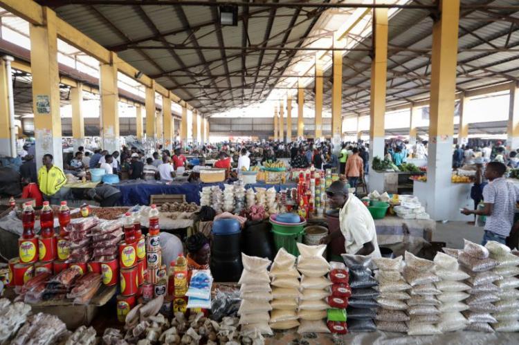 Donos dos mercados 'Sabadão' disputam posse  dos comerciantes