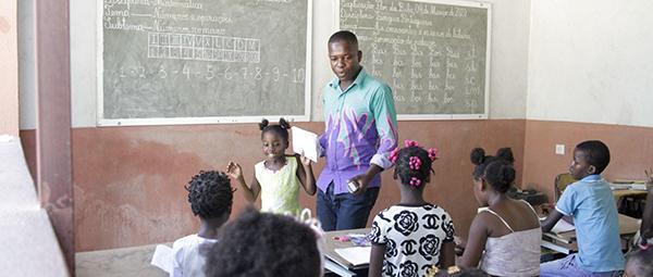 Escolas de explicação cobrem 'faltas' do Estado