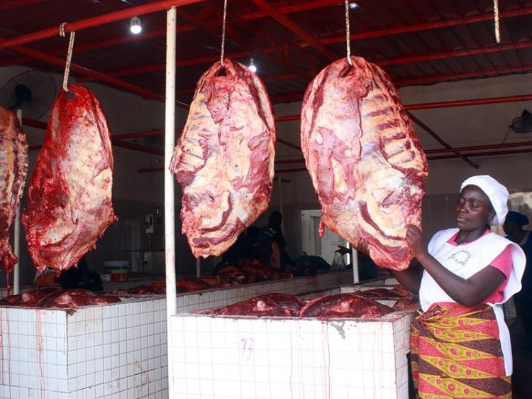 Matadouros do Mercado do 30 exigem luz e água do Governo