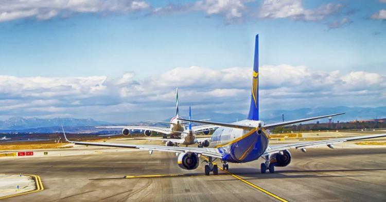 De copos a aviões: vende-se  de tudo na internet