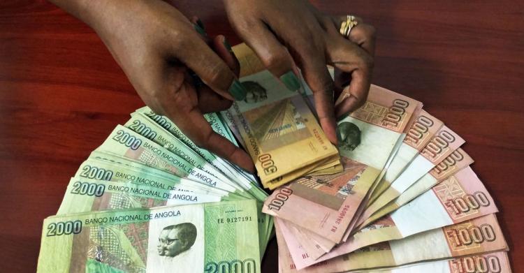 Kwanza deve desvalorizar-se mais de 50% este ano