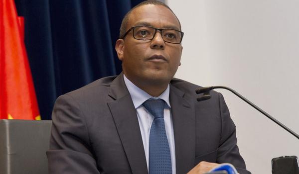 Governador do BNA apela às
