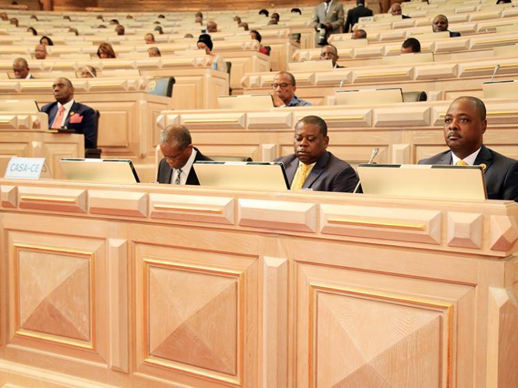 Parlamento suspende discussão do projecto de lei