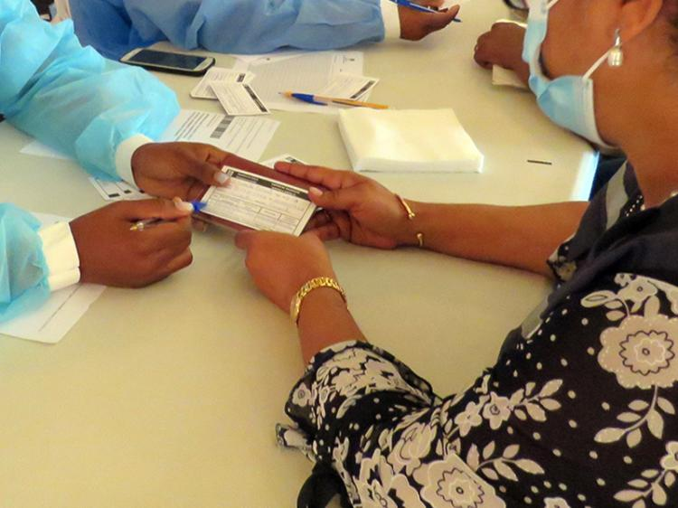 Cartão sem toma da vacina custa 8 a 15 mil kwanzas